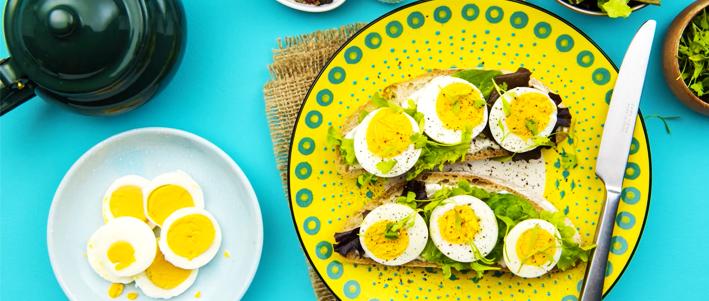 لن تحرقوا أصابعكم بعد الآن عند تقشير البيض. جرّبوا هذه الحيلة الذكية في مطبخكم.